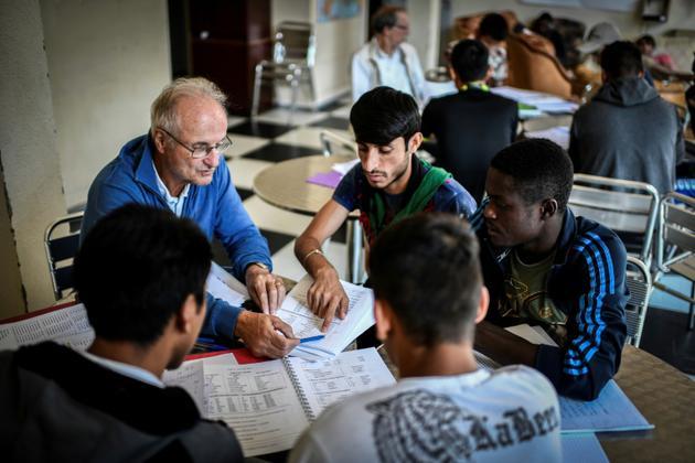 Des migrants apprennent le français au CHUM de Bonnelles, en Ile-de-France, le 28 août 2018 [STEPHANE DE SAKUTIN / AFP]