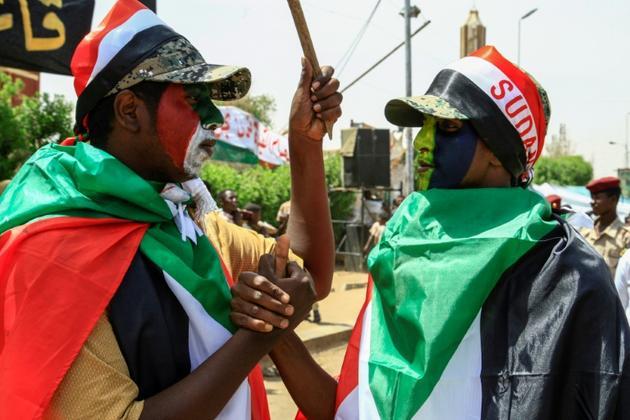 Des manifestants soudanais réclament l'instauration d'un pouvoir civil, le 20 avril 2019 devant le QG de l'armée à Khartoum [Ebrahim Hamid / AFP]