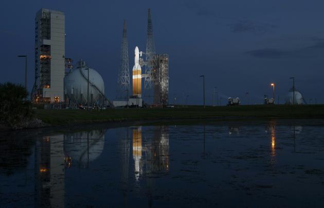 Photo publiée par la NASA de la fusée Delta IV Heavy avec à son bord la sonde Parker Solar Probe, sur le centre de lancement spatial de Cap Canaveral, le 10 août 2018 [Bill INGALLS / NASA/AFP]