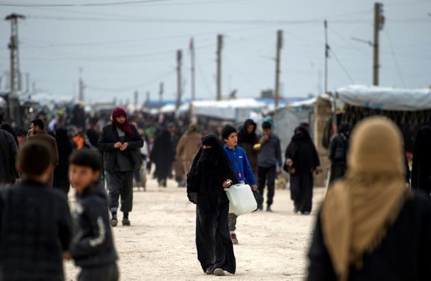 Des Syriens marchent dans le camp de déplacés d'Al-Hol, dans la province de Hassaké, dans le nord de la Syrie, le 6 février 2019 [FADEL SENNA / AFP]