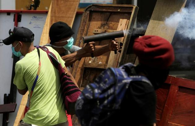 Un manifestant tire avec un mortier artisanal sur des forces de police, le 2 juin 2018 à Monimbo, près de Masaya, à 40 km de Managua, au Nicaragua [INTI OCON / AFP]