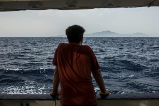 Un migrant scrute la mer depuis le pont d'un bateau de l'ONG espagnole Proactiva Open Arms, le 1er juillet 2018 [Olmo Calvo / AFP/Archives]