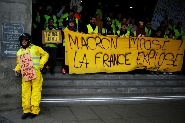 """""""Gilets jaunes"""" tenant une banderole """"Macron impose, la France explose"""", à Caen, le 12 janvier 2019 [CHARLY TRIBALLEAU / AFP/Archives]"""