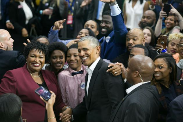 Barack Obama avec la candidate démocrate au poste de gouverneure de Géorgie, Stacey Abrams, le 2 novembre 2018 à Atlanta [Jessica McGowan / GETTY IMAGES NORTH AMERICA/AFP/Archives]