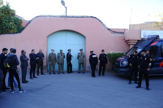 Photo prise le 20 décembre 2018 montrant des officiers de police attendant devant la morgue de Marrakech, dans le sud du Maroc, où se trouvaient les corps des deux Scandinaves ayant été tuées dans la région proche du Haut-Atlas [- / AFP]