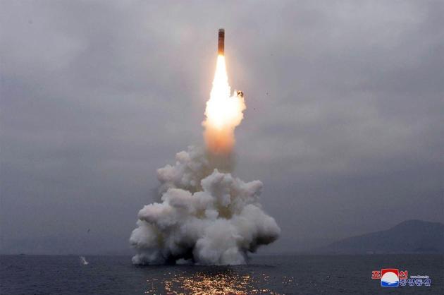 Photo fournie le 3 octobre par l'agence nord-coréenne Kcna montrant un tir de missile dans les eaux au large de la Baie de Wonsan, le 2 octobre 2019 en Corée du Nord [KCNA VIA KNS / KCNA VIA KNS/AFP]