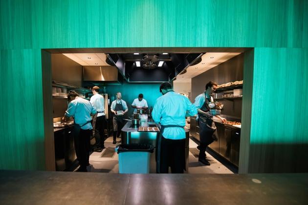 Des cuisiniers préparent à manger dans le premier restaurant sous-marin d'Europe, à 400 km au sud d'Oslo, le 2 mai 2019 [Jonathan NACKSTRAND / AFP/Archives]