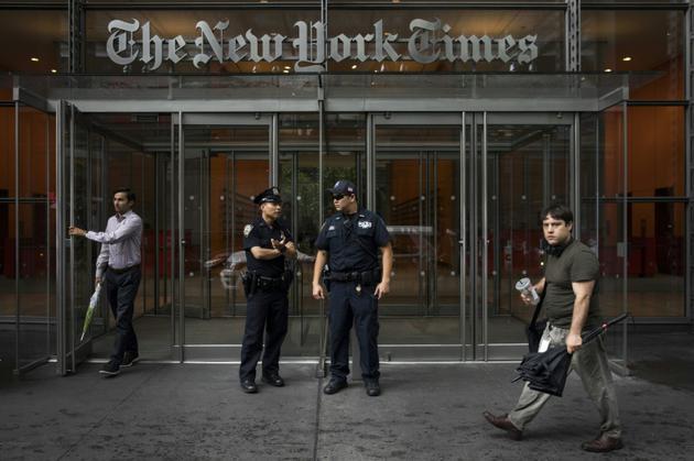 Des policiers postés devant le siège du New York Times le 28 juin 2018 à Manhattan, après une attaque mortelle contre un journal à Annapolis (Maryland) [Drew Angerer / GETTY IMAGES NORTH AMERICA/AFP/Archives]