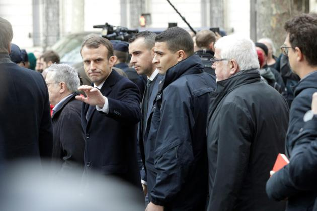 Emmanuel Macron a constaté les dégâts près de l'Arc de Triomphe, le 2 décembre 2018, au lendemain d'une journée de heurts à Paris [Geoffroy VAN DER HASSELT / AFP]