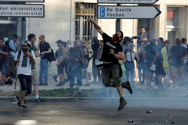 Heurts entre manifestants anti-G7 et policiers, le 24 août 2019 à Bayonne [Thomas SAMSON / AFP]