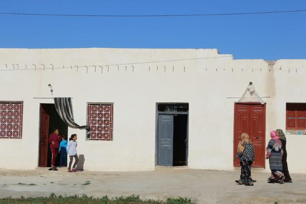 La modeste maison où vivait avec ses parents Mna Guebla, jeune Tunisienne diplômée qui s'est fait exploser lundi à Tunis, devenant la première femme kamikaze en Tunisie. Photo prise à Zorda, le 30 octobre 2018 [ANIS MILI / AFP]