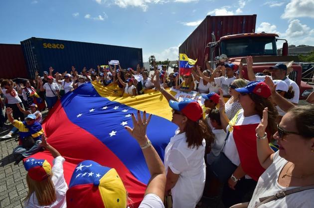 Des partisans de l'opposant Juan Guaido dans l'île des Caraïbes de Curazao, manifestent pour l'envoi au Venezuela d'aide humanitaire, le 23 février 2019 [Luis ACOSTA             / AFP/Archives]