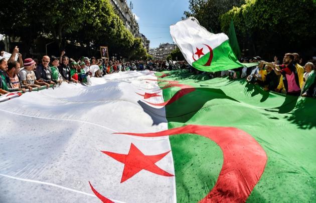 Des Algériens manifestent en brandissant un drapeau national, à Alger, le 31 mai 2019 [RYAD KRAMDI                         / AFP]