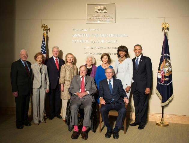 Les anciens présidents Jimmy Carter, Bill Clinton, George H.W. Bush, George W. Bush et Barack Obama, avec leurs épouses le 25 avril 2013 à Dallas (Texas) [HANDOUT / GETTY IMAGES NORTH AMERICA/AFP/Archives]