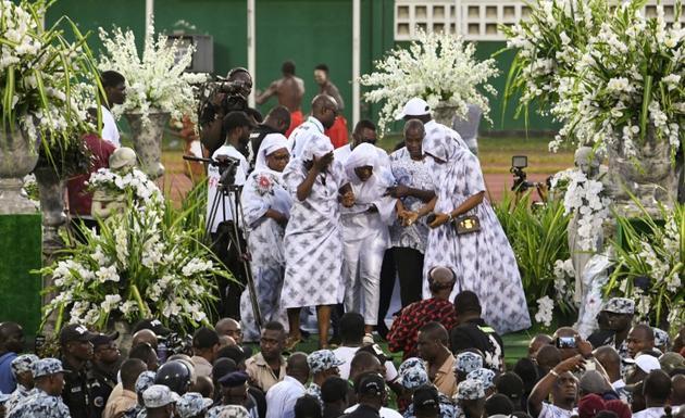 Des proches du chanteur ivoirien DJ Arafat assistent à ses obsèques au stade Félix Houphouet-Boigny d'Abidjan, le 31 aoît 2019.<br />  [ISSOUF SANOGO / AFP]