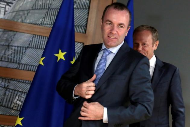 Le président du groupe Parti populaire européen Manfred Weber, devant le président du Conseil européen Donald Tusk à Bruxelles le 24 juin 2019 [Virginia Mayo / POOL/AFP/Archives]