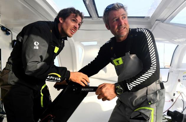 Charlie Dalin (g) et Yann Eliès (d) manoeuvrent à bord de leur monocoque Apivia, avant la Transat Jacques Vabre, le 10 octobre 2019 à Port-la-Forêt, en Bretagne [Fred TANNEAU / AFP/Archives]
