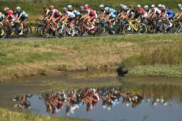 Les coureurs à l'assaut de la 1re étape du Tour de France 2018, de Noirmoutier-en-l'Île à Fontenay-le Comte, le 7 juillet 2018   [Marco BERTORELLO / AFP]