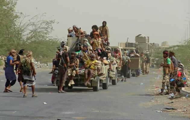 Les forces loyalistes yéménites se rassemblent en périphérie est de la ville de Hodeida, qu'elles veulent reprendre aux rebelles Houthis, le 9 novembre 2018 [STRINGER / AFP]