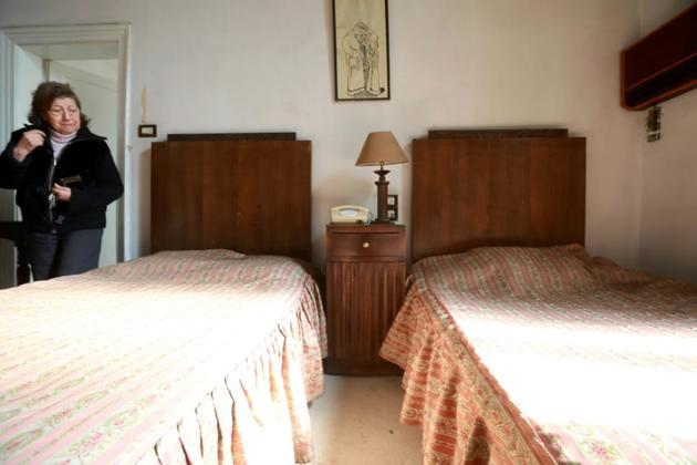 Roubina Mazloumian, l'une des copropriétaires du lieu, montre une chambre vide de l'hôtel [LOUAI BESHARA / AFP]