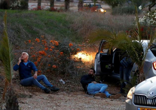 Des Israéliens dans la ville de Sderot se mettent à l'abri de tirs de roquettes en provenance de la bande de Gaza le 12 novembre 2018 [Jack GUEZ / AFP]