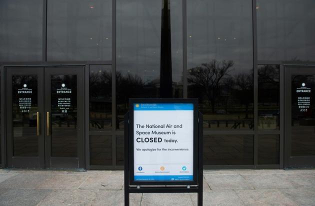 """Une pancarte devant le Musée national de l'air et de l'espace de Washington indique que l'institution est fermée pour cause de """"shutdown"""", la fermeture partielle des administrations américaines, le 2 janvier 2019 [SAUL LOEB / AFP]"""