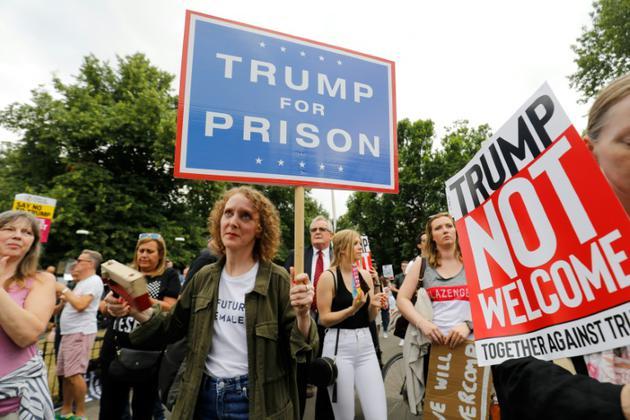 Des manifestants contre la visite de Donald Trump devant la résidence de l'ambassadeur américain à Londres, le 12 juillet 2018 [Tolga AKMEN / AFP]