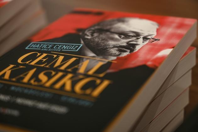 Le livre de la Turque Hatice Cengiz sur son compagnon, le journaliste saoudien assassiné Jamal Khashoggi, à Istanbul le 8 février 2019 [OZAN KOSE / AFP]