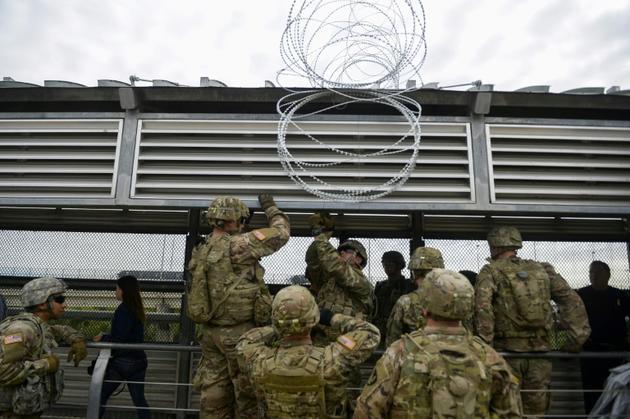 Des soldats américains installent des barbelés à la frontière avec le Mexique, le 4 novembre 2018 à Hidalgo, au Texas [Alexandra Minor / US AIR FORCE/AFP]