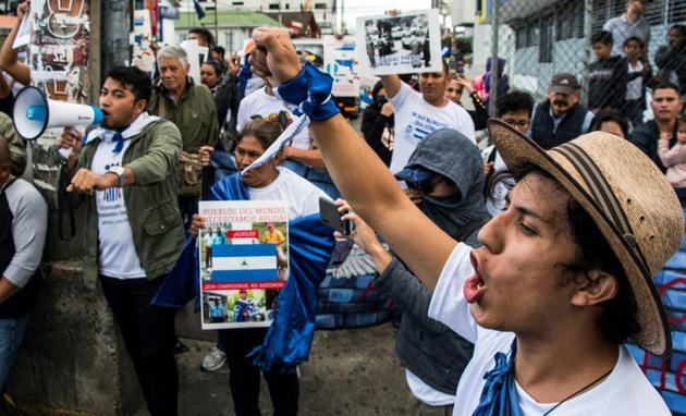 Des Nicaraguayens manifestent devant leur ambassade au Costa Rica, le 22 décembre 2018, pour dénoncer l'arrestation de deux journalistes critiques du président Daniel Ortega [Ezequiel BECERRA / AFP/Archives]
