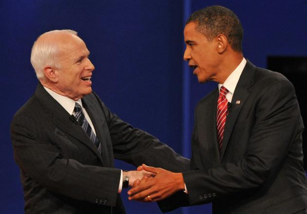 Photo d'archive de Barack Obama (droite) et de John McCain (gauche) le 14 octobre 2008, alors respectivement candidats du Parti démocrate et du Parti républicain à la présidentielle américaine, à Hempstead, New York, aux Etats-Unis. [Paul J. RICHARDS / AFP/Archives]