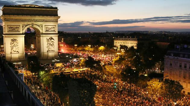 Les Champs-Elysées investis par les supporters de l'équipe de France lors de sa victoire en demi-finales du Mondial, le 10 juillet 2018 [ZAKARIA ABDELKAFI / AFP/Archives]
