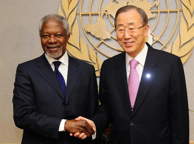 Kofi Annan et son successeur à la tête des Nations-Unies, le Sud-Coréen Ban Ki-Moon (à droite), au siège des Nations Unies le 01 mars 2012 [Emmanuel DUNAND / AFP/Archives]