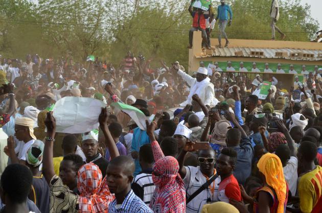 Le candidat de l'opposition à la présidentielle Soumaila Cissé (c) salue la foule de ses partisans à son arrivée à Gao, le 24 juillet 2018 au Mali [Souleymane Ag Anara / AFP]