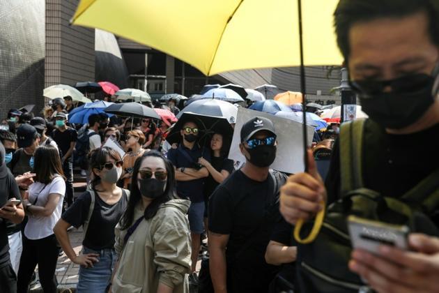 Des manifestants rassemblés dans le quartier de Tsim Sha Tsui, le 20 octobre 2019 à Hong Kong  [Dale DE LA REY / AFP]