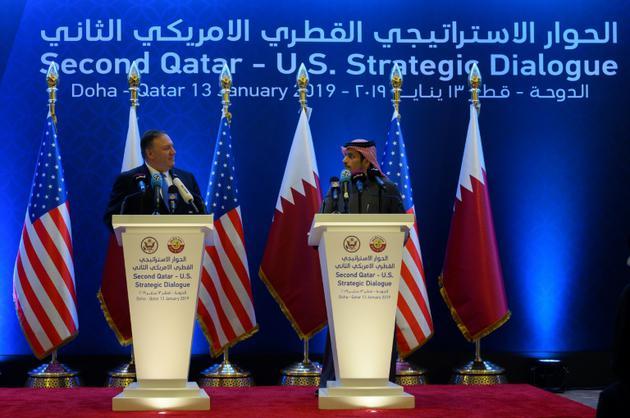 Le secrétaire d'Etat américain Mike Pompeo (G) et son homologue qatari Cheikh Mohammed ben Abderrahmane Al-Thani (D), lors d'une conférence de presse conjointe le 13 janvier 2019 à Doha [ANDREW CABALLERO-REYNOLDS / POOL/AFP]