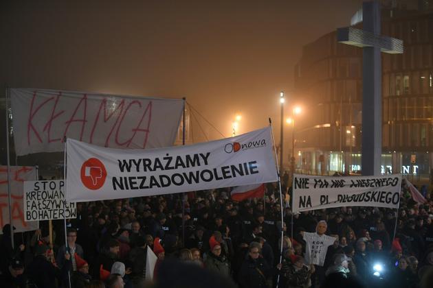 Des centaines de personnes manifestent contre l'inauguration d'une statue de l'ancien président polonais Lech Kaczynski sur la place Pilsudski à Varsovie le 10 novembre 2018 [Janek SKARZYNSKI / AFP]