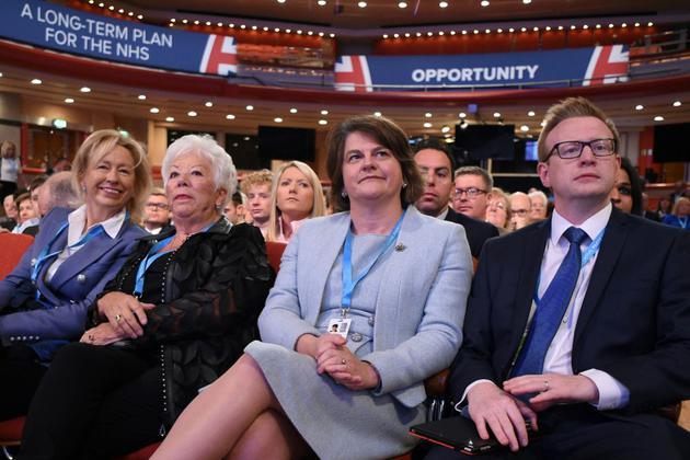 La cheffe du Parti unioniste démocrate (DUP), Arlene Foster (C), au troisième jour du congrès des Tories, à Birmingham le 2 octobre 2018 [Oli SCARFF                           / AFP]