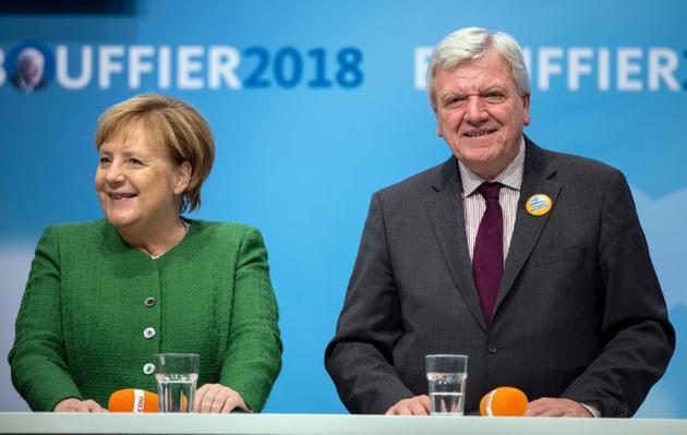 La chancelière allemagne Angela Merkel et le ministre-président sortant de la région de Hesse, Volker Bouffier (CDU), lors d'un meeting le 25 octobre 2018 à Fulda [Silas Stein / dpa/AFP/Archives]