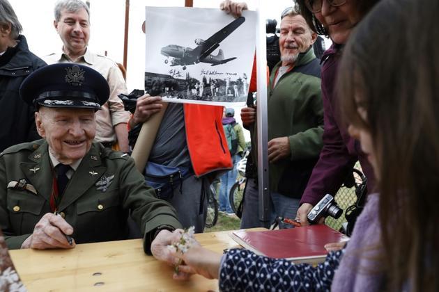 L'ancien pilote de l'armée de l'air américaine Gail Halvorsen reçoit des fleurs offertes par une fillette, lors d'une cérémonie de commémoration du 70e anniversaire du pont aérien de Berlin, le 11 mai 2019 à Berlin  [MICHELE TANTUSSI / AFP]