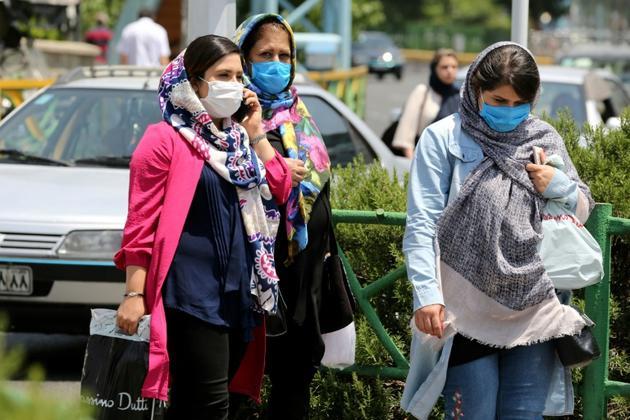 Des Iraniennes portent un masque de protection dans une rue de Téhéran, le 28 juin 2020 [ATTA KENARE / AFP]
