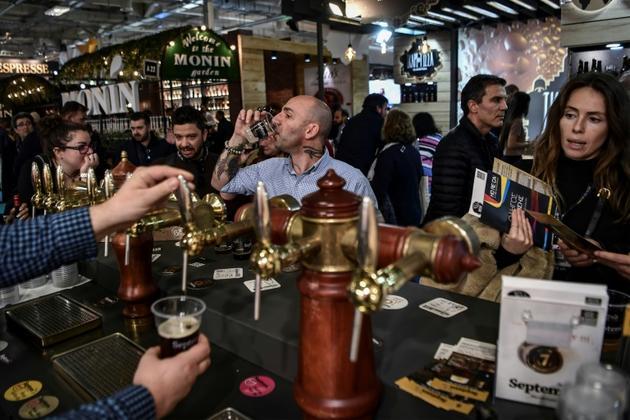 Dégustation de bière dans une microbrasserie près d'Athènes, le 8 février 2019 [ARIS MESSINIS / AFP]