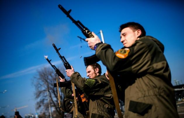Des soldats séparatistes prorusses, dans la région de Donetsk en Ukraine, le 21 mars 2015 [DIMITAR DILKOFF / AFP/Archives]