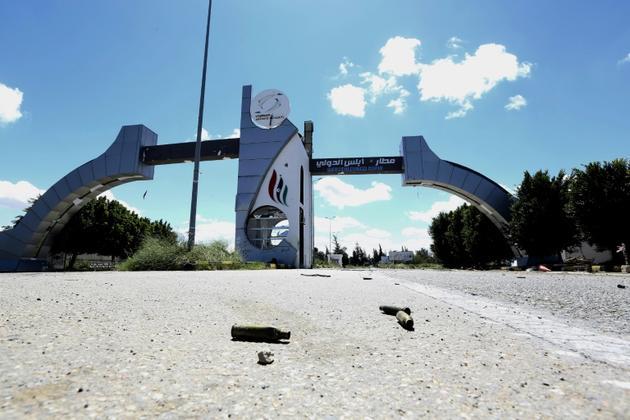 Des cartouches à l'entrée de l'ancien aéroport international de Tripoli le 8 avril 2019. Les combats entre rivaux libyens se concentrent autour de cette infrastructure. [Mahmud TURKIA / AFP]