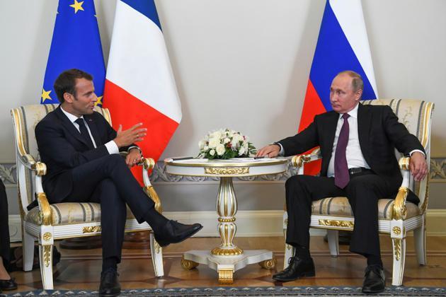 Le président russe Vladimir Poutine avec son homologue français Emmanuel Macron le 24 mai 2018 à Saint-Pétersbourg [Kirill KUDRYAVTSEV / POOL/AFP]