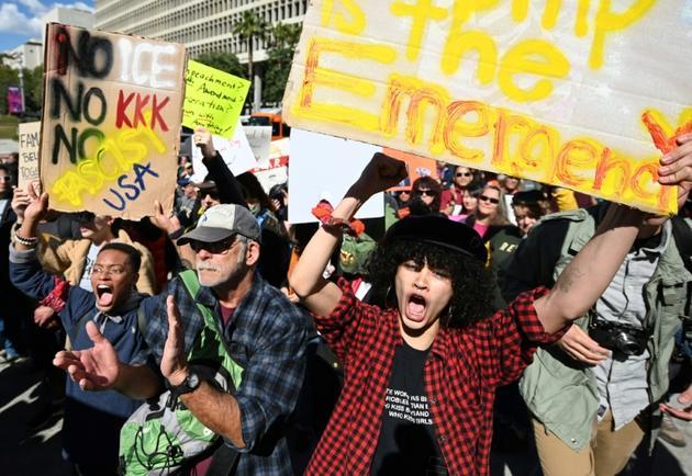 Des personnes manifestent contre la déclaration d'urgence nationale pour construire un mur à la frontière du Mexique, le 18 février 2019 à Loas Angeles [Robyn Beck / AFP]