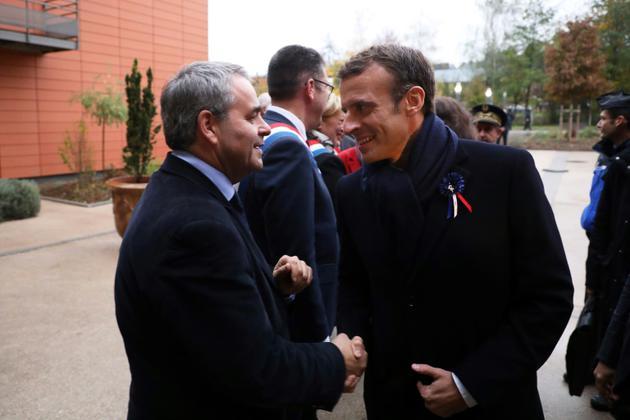 Emmanuel Macron (droite) et le président du conseil régional des Hauts-de-France Xavier Bertrand (gauche) à Rozoy-sur-Serre, le 7 novembre 2018<br /> [ludovic MARIN / AFP]