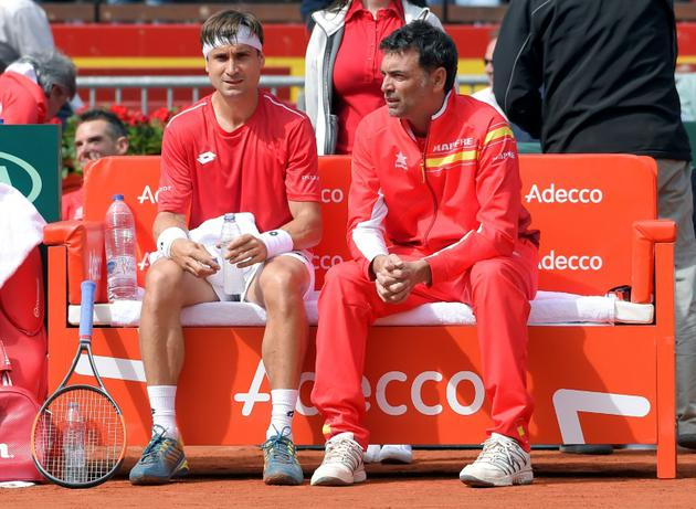 L'entraîneur de l'équipe d'Espagne de Coupe Davis Sergi Bruguera (d) conseille Rafael Nadal lors du quart de final contre l'Allemagne, le 6 avril 2018 à Valence [JOSE JORDAN                    / AFP/Archives]