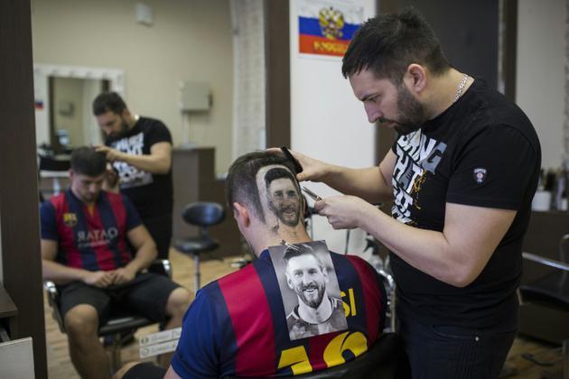 Serbie Un Coiffeur Dessine Messi Et Ronaldo Sur Les Cranes Www