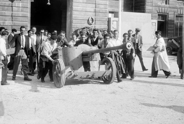Confiscation d'un canon allemand dans la cour de la préfecture de police  par les FFI (Forces françaises de l'intérieur) lors de la libération de Paris [STF / AFP]